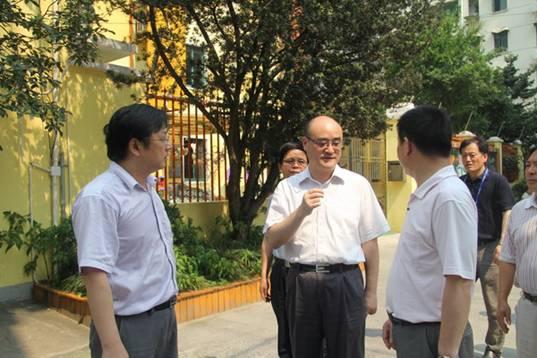 徐汇区/7月11日下午,徐汇区人大代表过剑飞冒着高温酷暑到枫林街道...