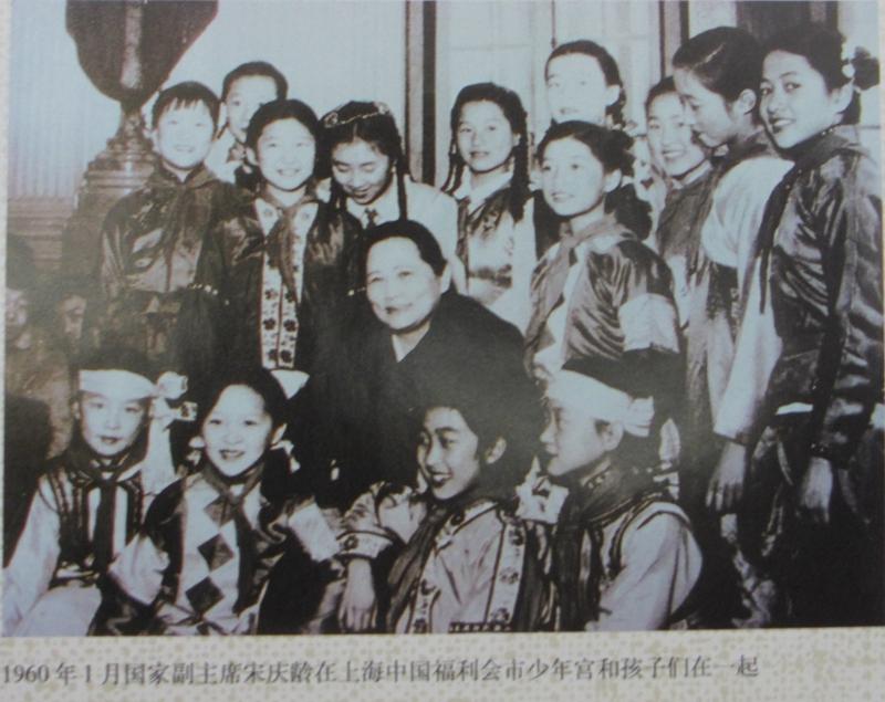 主席宋庆龄在上海中国福利会市少年宫和孩子们在一起